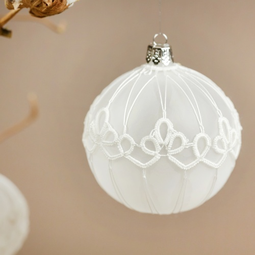 Lace-ennobled ornament